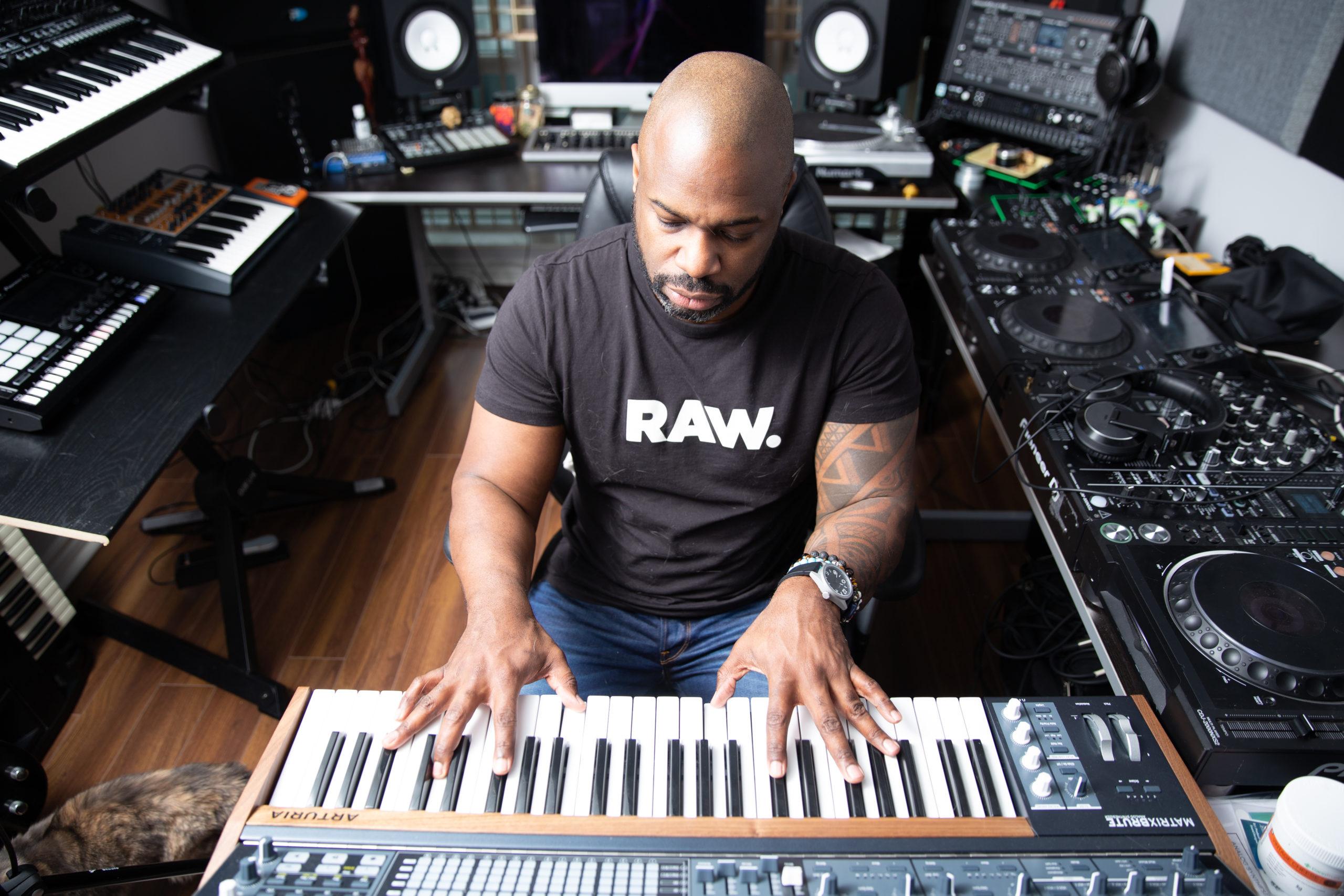 Demuir DJ in studio